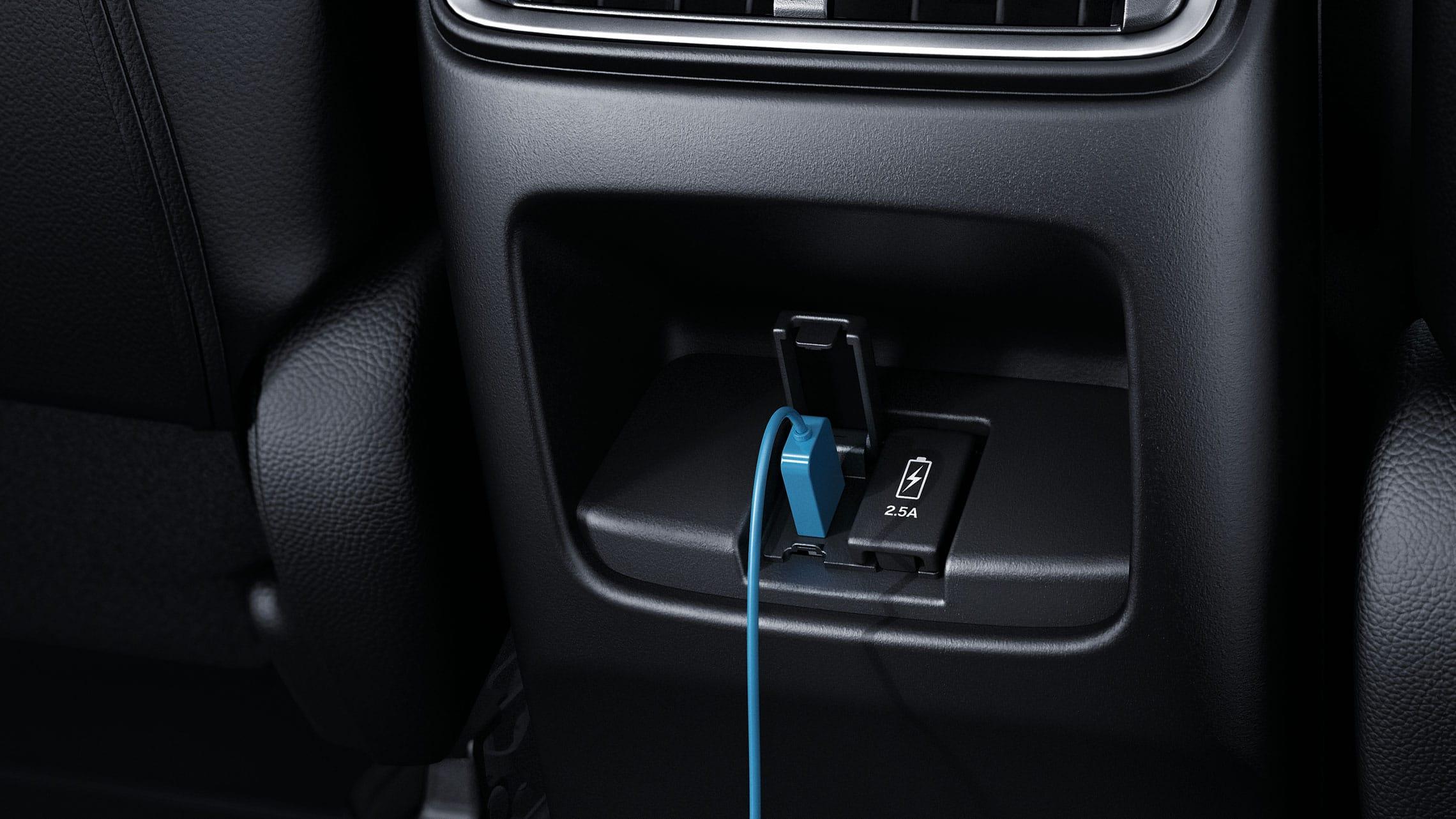 Vista del interior de los puertos USB traseros en la Honda CR-V2021.