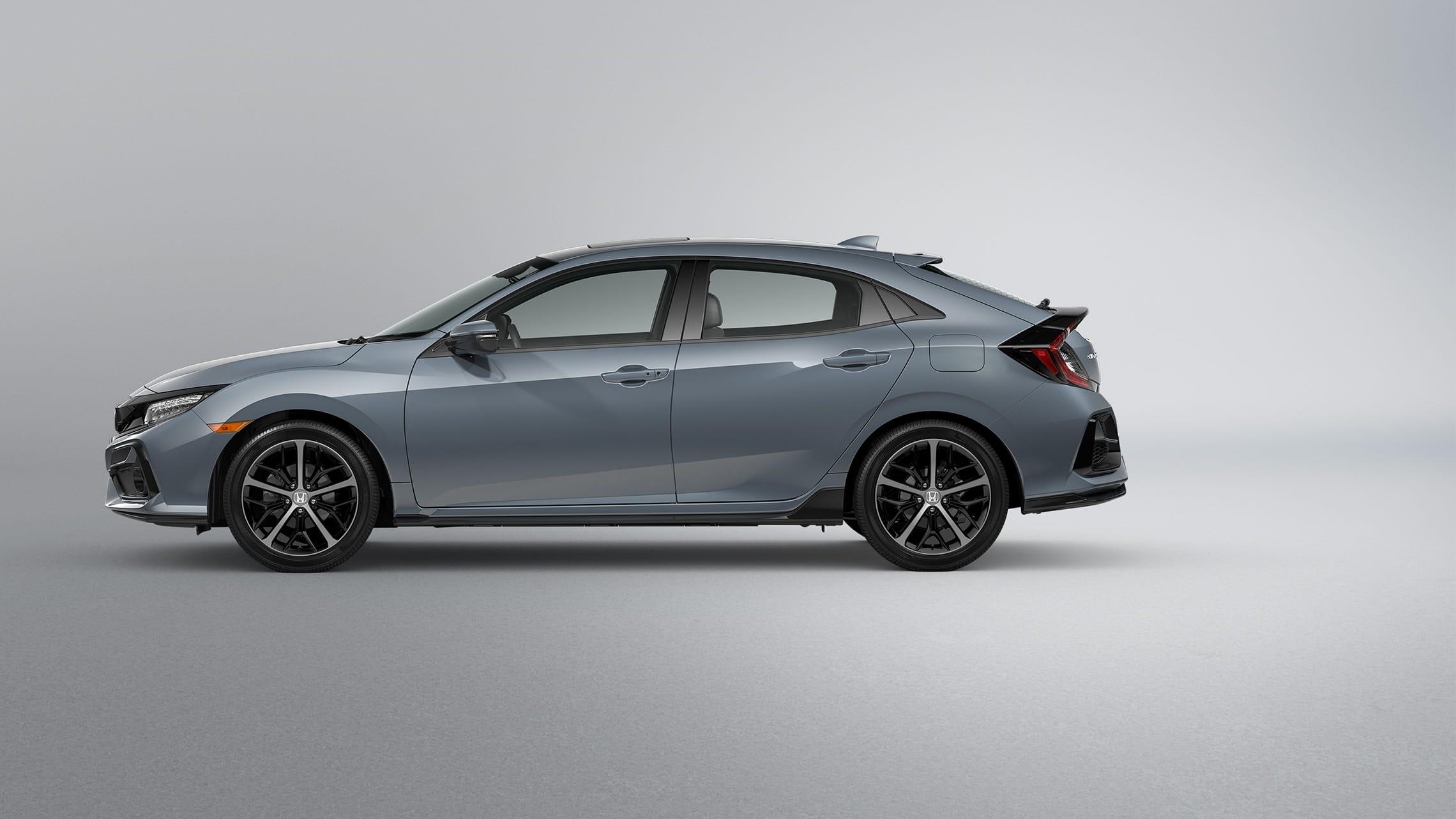 Vista de perfil del lado del conductor del Honda Civic Sport Touring Hatchback2021 en Sonic Gray Pearl.