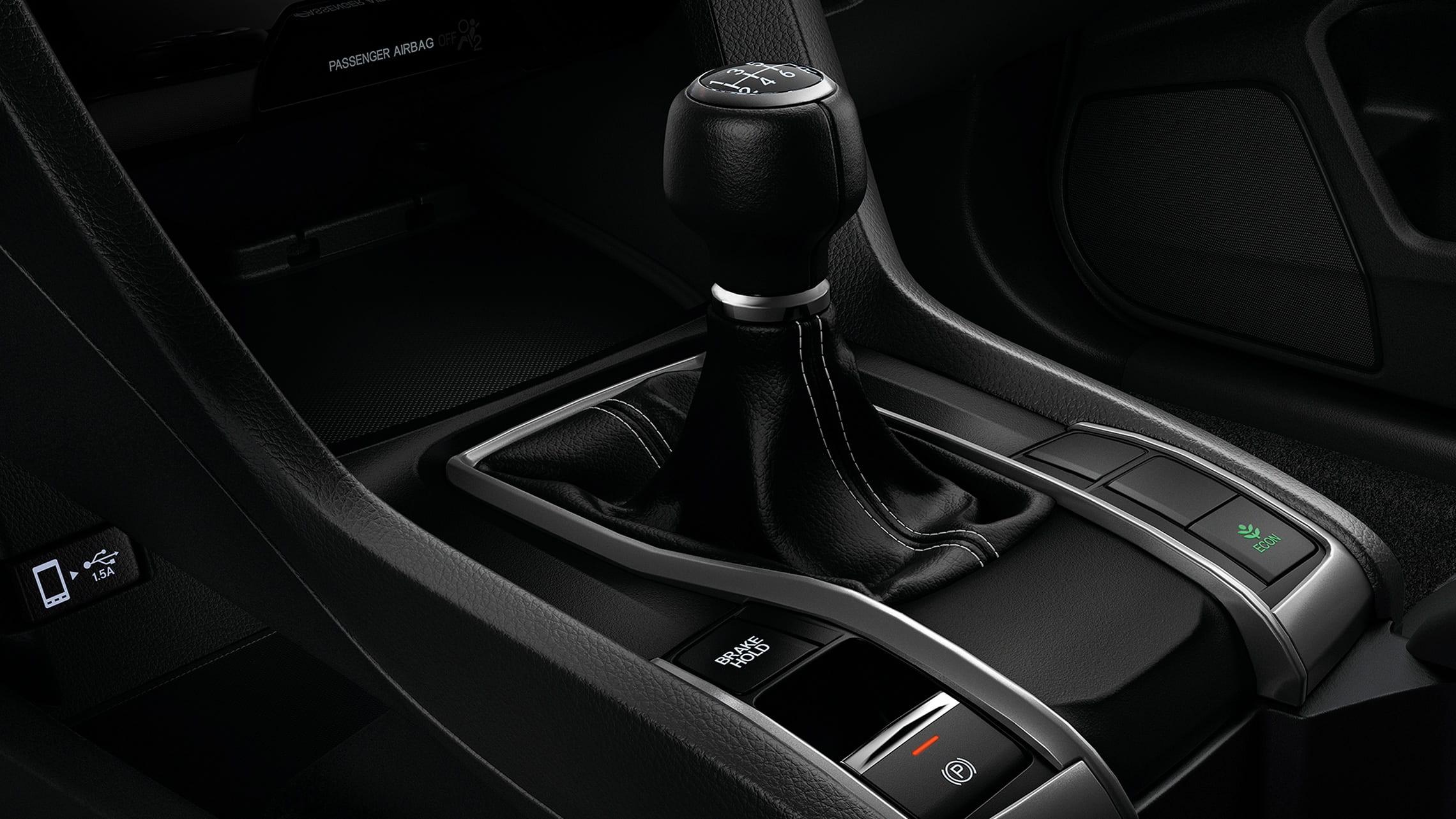 Detalle de los mandos de transmisión manual de 6velocidades en el Honda Civic Sport Hatchback2021.