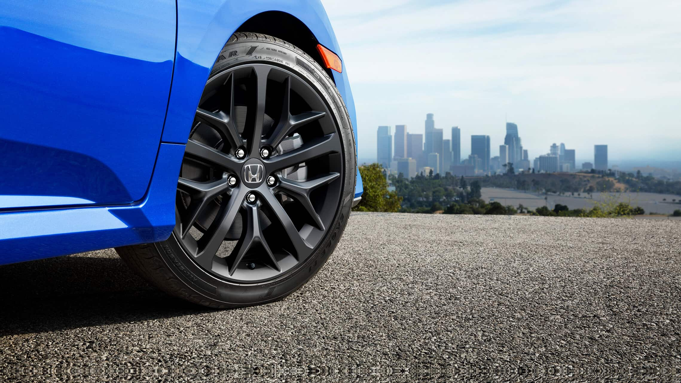 18-inch alloy wheels detail on the 2020 Honda Civic Si Sedan in Aegean Blue Metallic.