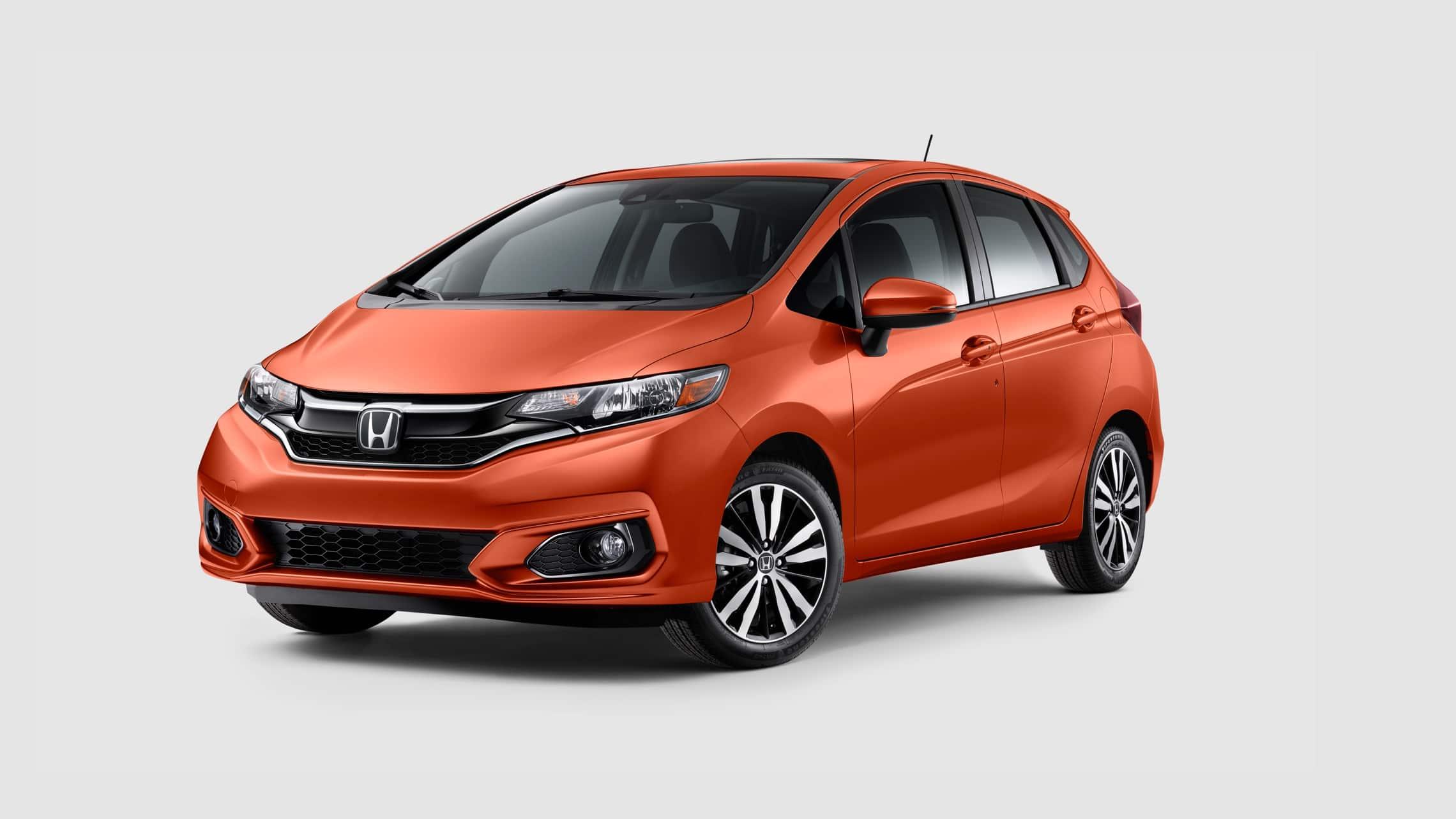 Vista frontal desde el lado del conductor del Honda Fit EX-L2020 en Orange Fury.