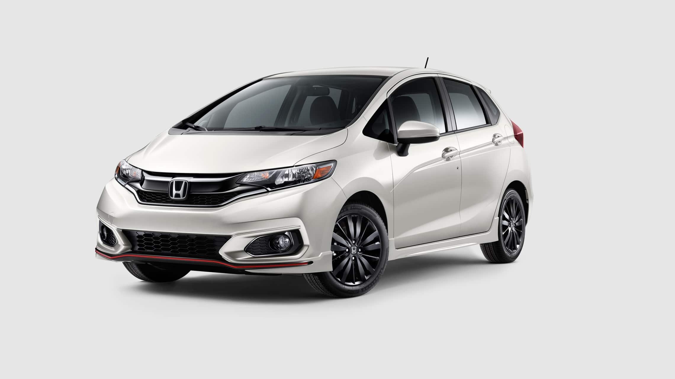 Vista frontal desde el lado del conductor del Honda Fit Sport2020 en Platinum White.