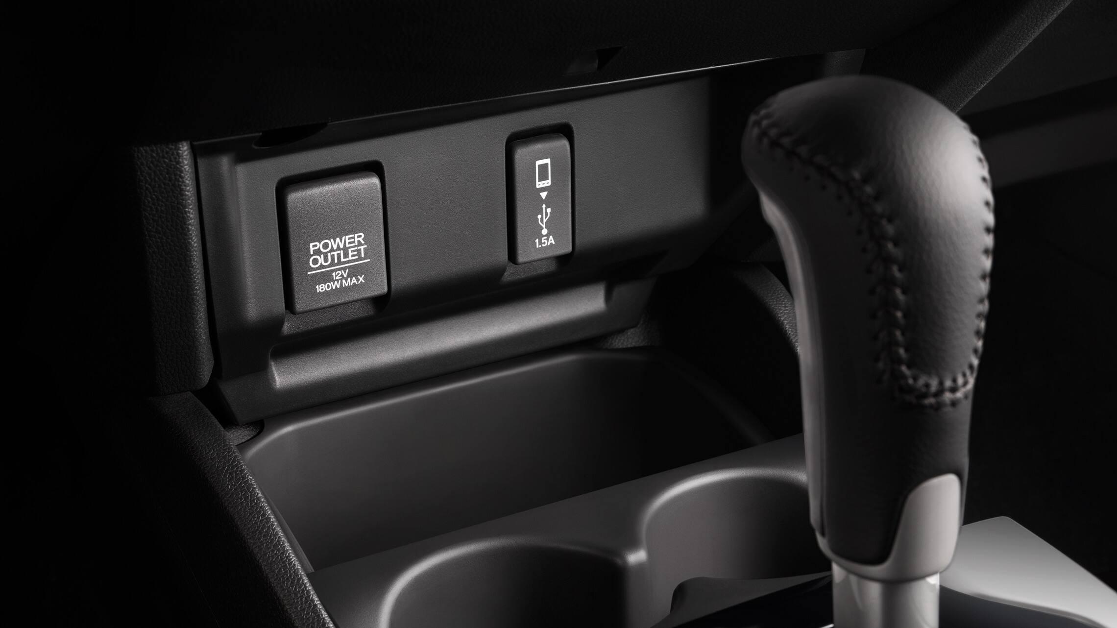 Detalle del puerto USB y la palanca de cambios automática en el Honda Fit EX-L2020.