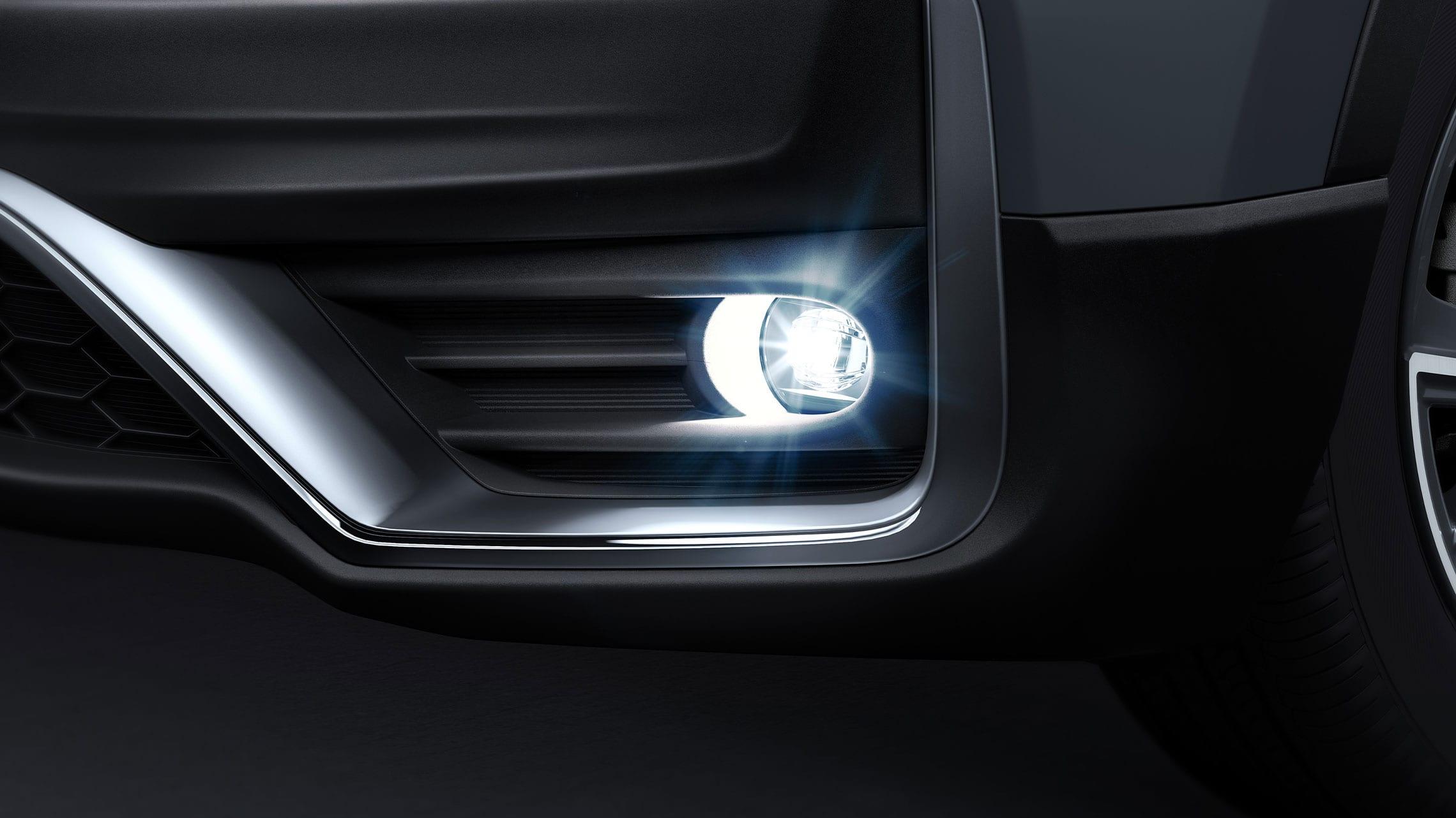 Toma detallada del faro antiniebla del lado del conductor en la Honda CR-V Touring2021 en Sonic Gray Pearl.