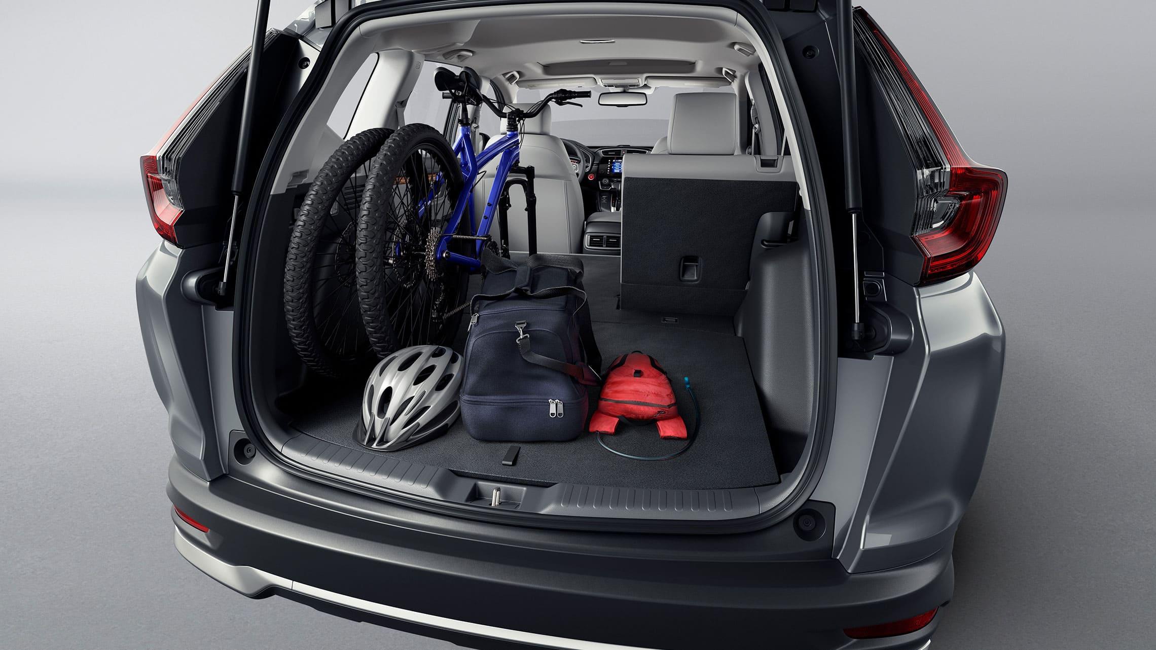 Vista trasera de la Honda CR-V Touring2021 en Modern Steel Metallic mostrando el espacio de carga.