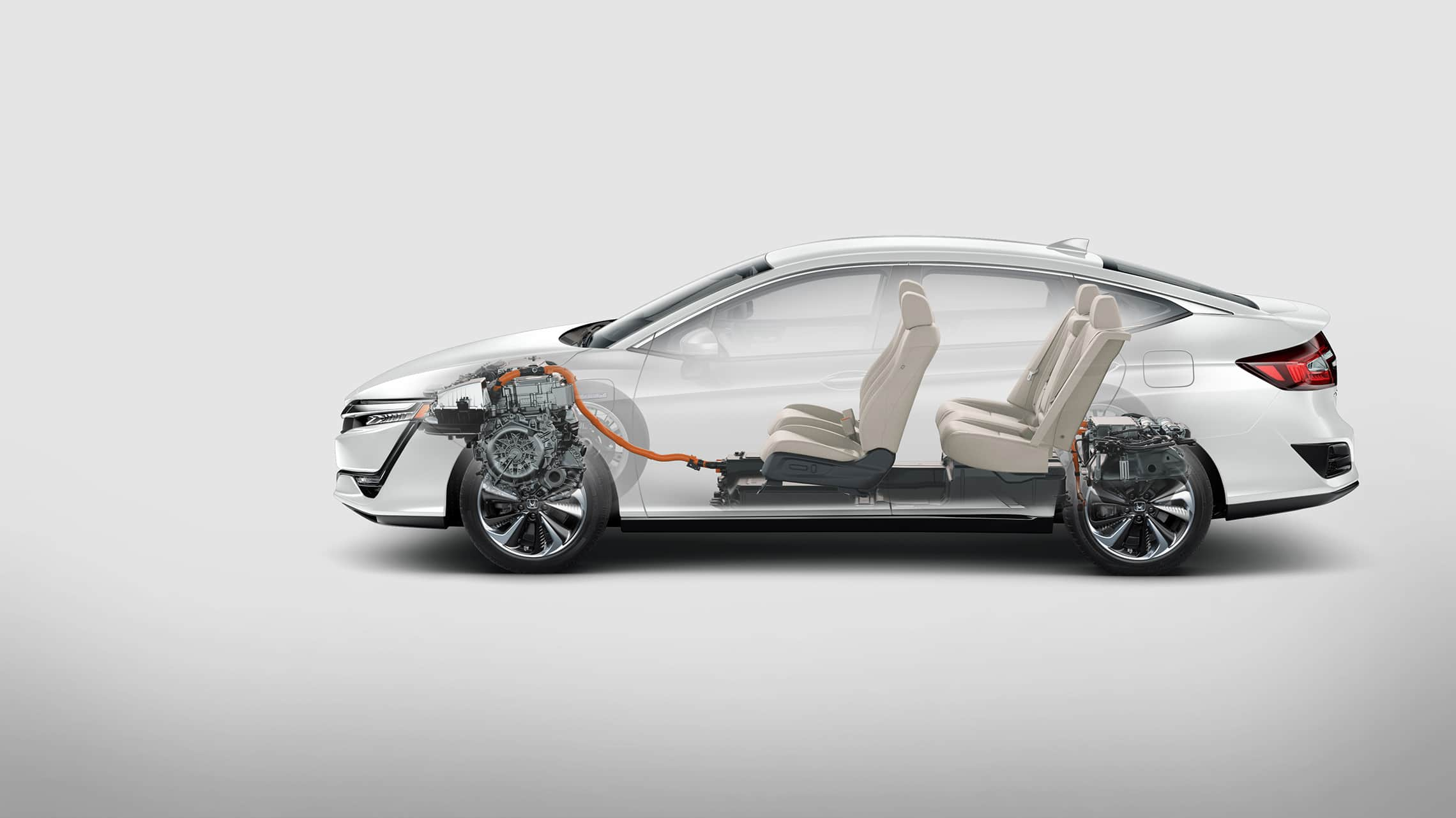Se muestra el perfil lateral del Clarity Plug-In Hybrid 2021 con interior.