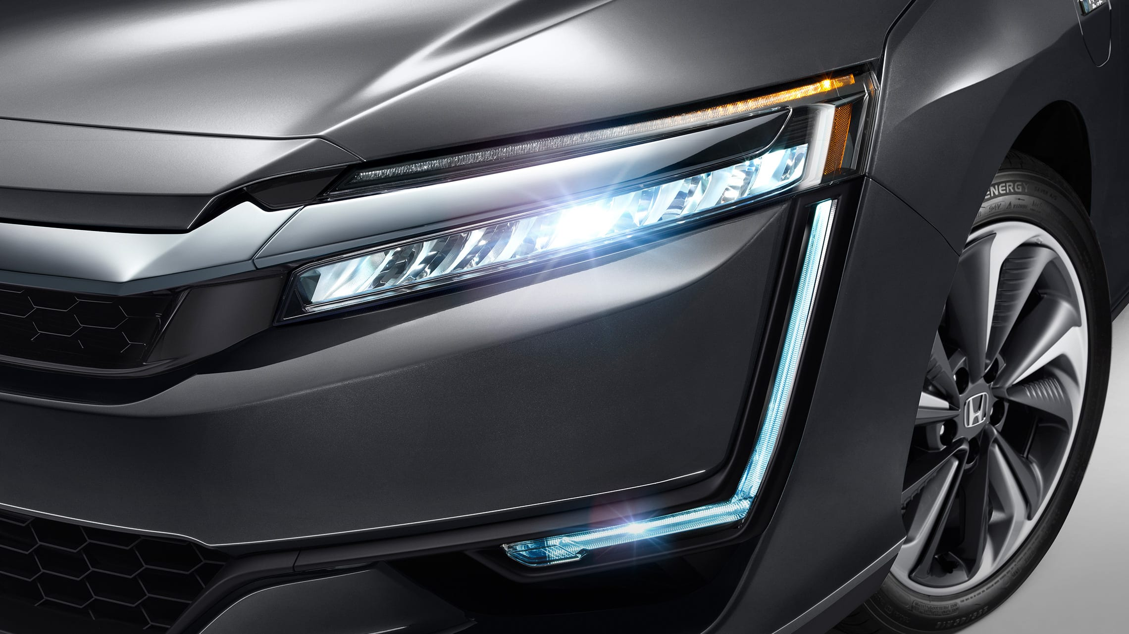 Detalle de las luces delanteras de LED y DRL del Clarity Plug-In Hybrid 2021 en Modern Steel Metallic.
