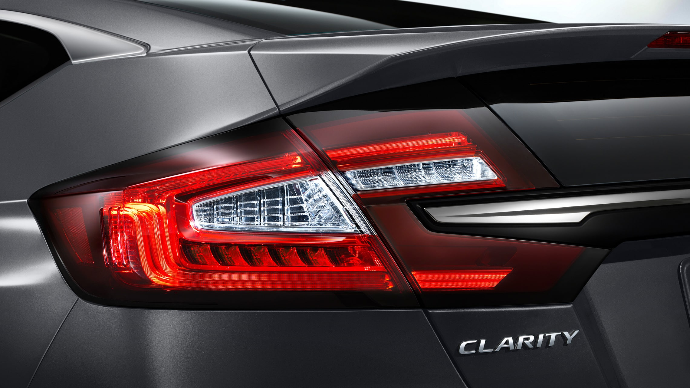Detalle de las luces traseras de LED del Clarity Plug-In Hybrid 2021 en Modern Steel Metallic.