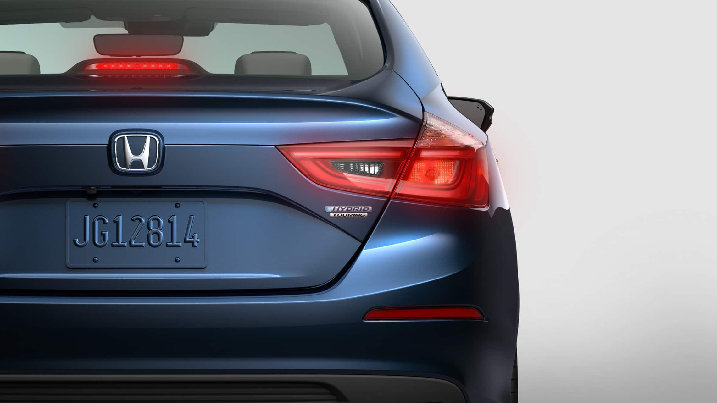 Vista trasera en primer plano del Honda Insight Touring2021 en Cosmic Blue Metallic.