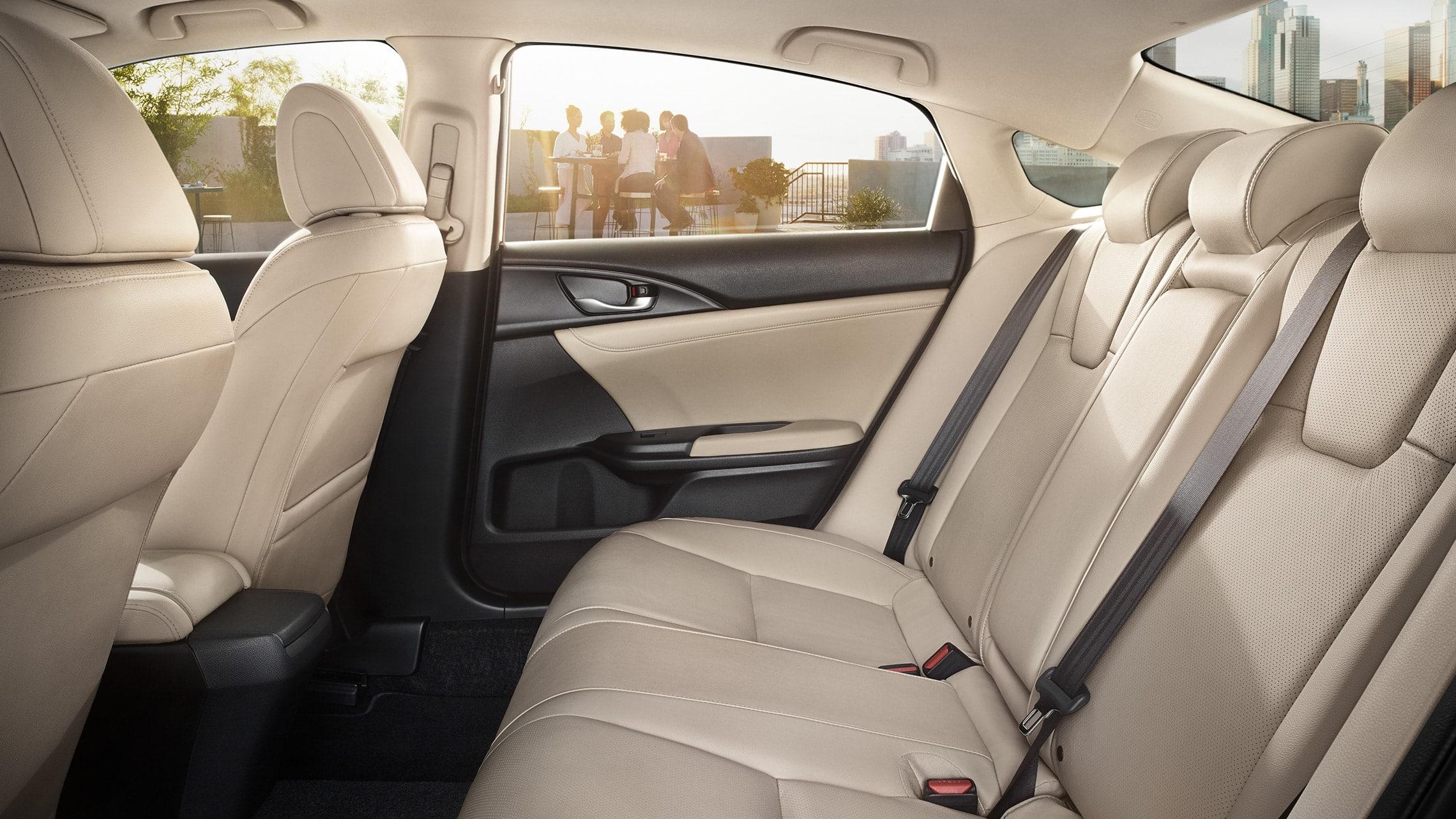 Vista de perfil desde el interior de los asientos traseros del Honda Insight2021 con Ivory Leather.