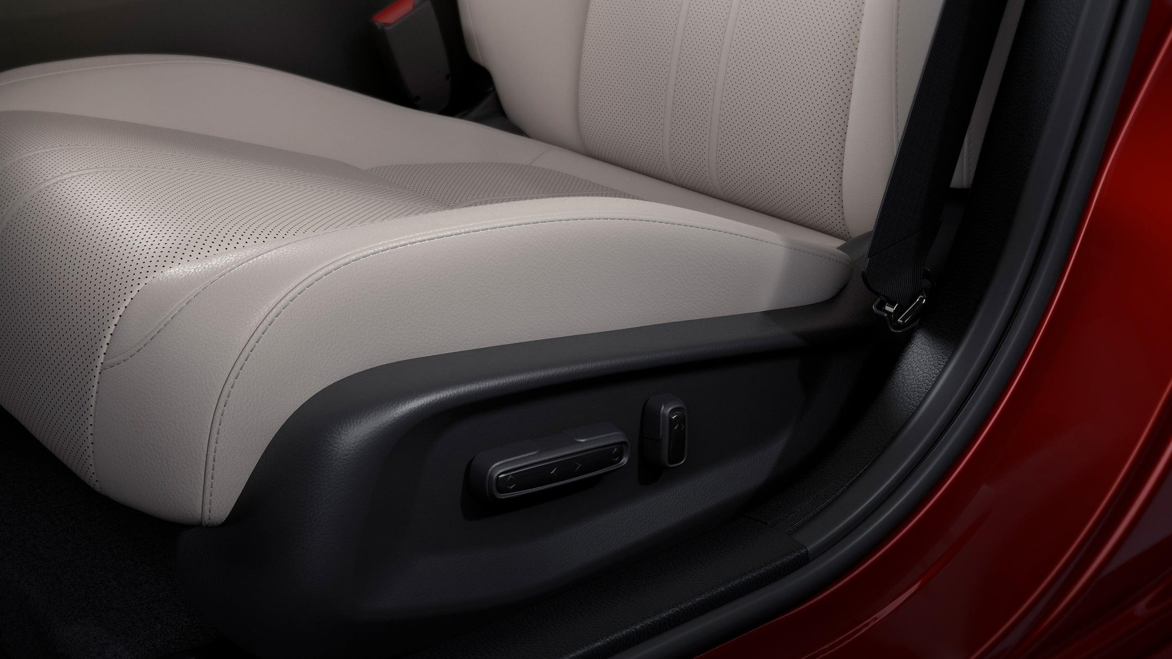 Vista detallada de los controles de ajuste eléctrico de 8posiciones en el Honda Insight Touring2021 con Ivory Leather.